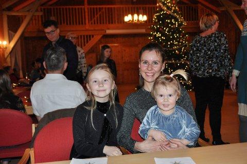 SUKSESS: Marte Maren Norum tok med seg barna Maya Aurora (9) og Nelly Sol (2) til den tradisjonsrike julefesten i Furnes menighetshus. Det ble en stor suksess.