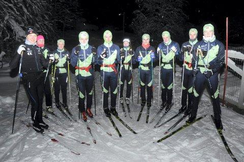 TILBAKE PÅ HJEMMEBANE: En sprudlende opplagt Simen Sveen (til venstre) steppet inn som teknikktrener for Team Sjusjøen i lysløypa ved Nordvang torsdag kveld.