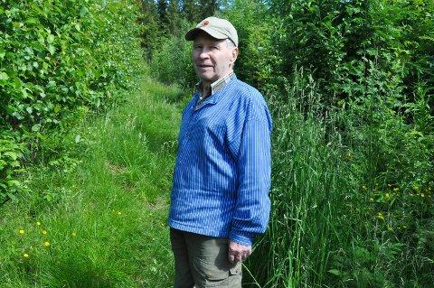 TRIST: Torstein Hervland (86) synes kommunens plan om å bygge boliger i friluftsområde i Kval i Furnes er skremmende. Det nåværende grønne området betyr svært mye for han og andre beboere.