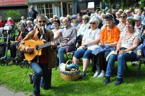 LIVLIG: Geirr Lystrup tok publikum med storm da han og Gaute Ormåsen hadde konsert for ca. 160 beboere fra alle bo- og aktivitetssentrene i Ringsaker.