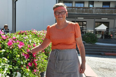 TRIVES PÅ JOBB: Sissel Olsen (64) skal ta ut tre uker ferie i sommer som skal tilbringes på hytta på Ljøsheim. Ellers trives hun svært godt på Bakeriet i Brumunddal.