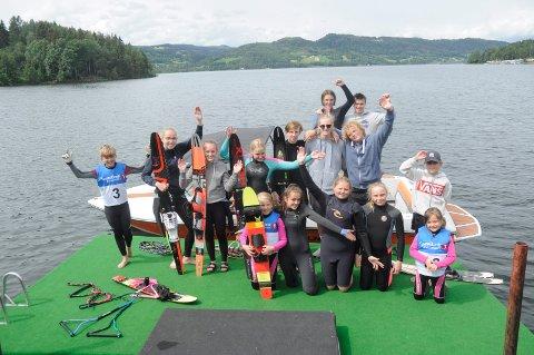 DELFINER PÅ BRYGGA: Moelv vannskiklubb var vertskap for konkurransen lørdag. Søndag lånte Lillehammer vannskiklubb anlegget.