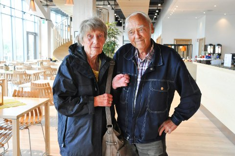 FRYKT: May Helen Kristiansen (74) og Frank Oskar (72) havnet midt oppi dramaet knyttet til uværet i Brumunddal mandag kveld/natt. De måtte evakuere til Mjøstårnet, og er usikre på når de får flytte tilbake til huset sitt i Spikedalsvegen (sveip til neste bilde).
