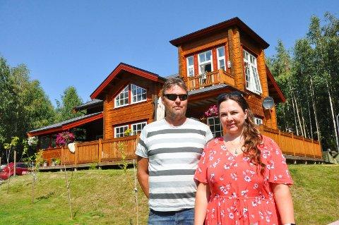 PERFEKT: Stig Vidar Haugen og Line Terese Østerhagen har bygd drømmehuset sitt like ved Mjøsa i Brumunddal. Huset er bygd med tømmer og har to innebygde tårn.