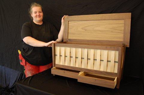 Svennebrev: Heidi Bøbakk (29) fra Mesnali avla i sommer svenneprøve i møbelsnekring ved Hjerleid på Dovre. Her med den Shaker-inspirerte kista som gav henne svennebrevet.