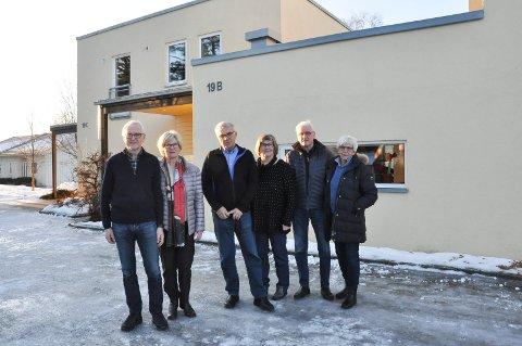 FORNØYDE: Eivind Amb, Ragni Grude Amb, Knut Jevanord, Karin Jevanord, Åge Sørlundsengen og Liv Sørlundsengen angrer ikke et sekund på at de valgte å bygge sitt eget bofellesskap med hver sin leilighet. De synes det er fint å kunne tilbringe pensjonisttilværelsen sammen.