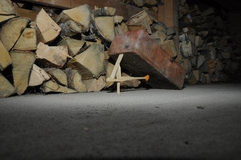 SJEKK FIRETALLET: Klassisk revefelle fra Svalbard tilpasset musefangst i Ringsaker. Mustein er tungt, og da trengs mye musekraft på åtetpinnen for å utløse fella. Derfor må åtet surres godt fast og firetallet justeres så det blir maksimalt følsomt.