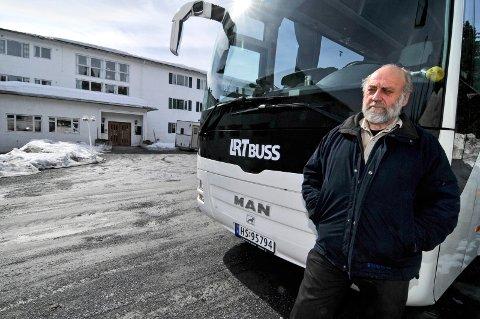Blir husket: Klaus Lien var hotelldirektøren som brukte tusenvis av timer som bussjåfør og løypekjører og hadde en finger med i det meste som rørte seg på Sjujøsen i flere tiår. Her er han avbildet foran hotellet i 2010.