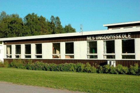 Her kan det komme tiltak: Nes ungdomskole står øverst på prioriteringslisten til Ringsaker kommune i forbindelse med ny tiltakspakke fra staten. Halvannen million kroner skal gi nye toaletter i skolebygget på Stavsjø.