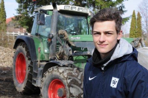 Skihopper Jens Gaarder begynte som «gardsgutt» i Totenvika for tre uker siden. En kjempeopplevelse å få lov til å bidra med våronna, sier 19-åringen som mer enn gjerne «fyrer opp» traktoren i Totenvika.