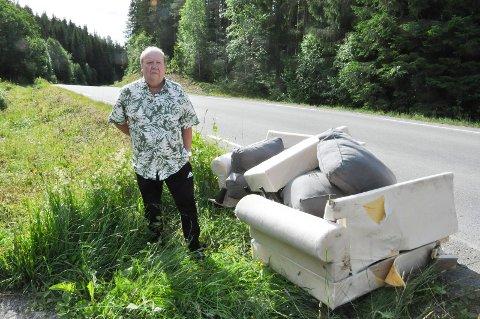 Roar Antonsen synes det er helt forkastelig at folk kaster søppel langs vegen.