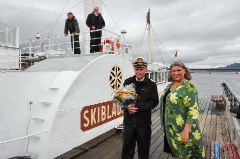 Ordfører Anita Ihle Steen tok i mot Skibladner med blomster og lykkeønskninger når den ankom båthavna i Moelv for første gang denne sesongen. Her sammen med kaptein Erik Olsen.