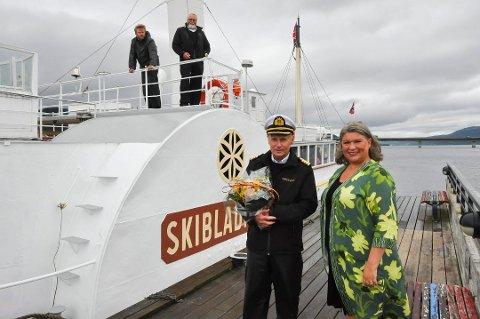 TOK IMOT: Ordfører Anita Ihle Steen tok i mot Skibladner med blomster og lykkeønskninger når den ankom båthavna i Moelv for første gang denne sesongen. Her sammen med kaptein Erik Olsen.