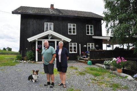 Arne Ronald Eliassen (65) og Grethe Aasvestad Eliassen (59) trives best på landet. De har brukt fire år på å pusse opp barndomshjemmet til Grethe, som er over 200 år gammelt. Her har de planer om å bo livet ut.