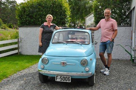 Hege Merete Øyjordet Strand (49) og Atle Strand (49) anskaffet drømmebilen for to år siden. En Fiat-500 fra 1967, som har fått navnet Luigi Blue.