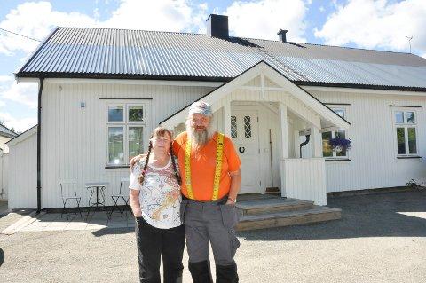 """Ellen Fuglerud (63) og Tor Anton (60) har restaurert det gamle forsamlingslokalet på """"Nordbygden"""" i Nes. Huset ble bygd i 1907, og har mye historie."""
