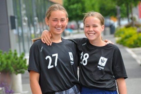 SPENTE: Rosanne Osina Granseth (12) og Melina Mosether (13) skal begynne på Wang Toppidrett ungdomsskole i Hamar til høsten. De gleder seg veldig til en annerledes skolehverdag.