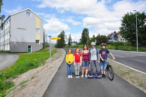 F.v. Maria Johannessen (10), Emilie Amundsen (10), Torill Amundsen (37), Eskil Amundsen (12) og Fredrik Dahlsveen Larsen (11) er veldig fornøyd med ny gang- og sykkelveg ved Kylstad skole.