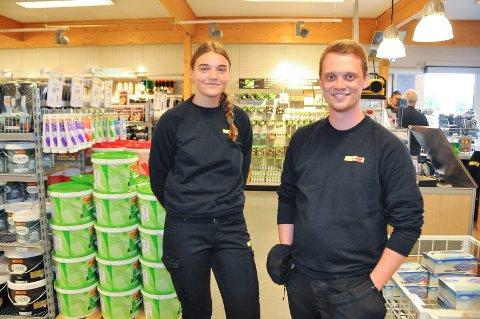 SOMMERJOBB: Lene Martinsen (17) og Stian Vorkinn (23) er blant tre ungdommer som har fått sommerjobb på Montér i Brumunddal.