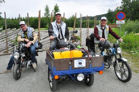 Frank Johansen (53), Tormod Meland (52) og Jon Arve Wålberg (37) la ut på en lang reise til ære for Alf Prøysen. - Vi har alltid hatt en drøm om å kjøre Mjøsa rundt i Prøysens spor.