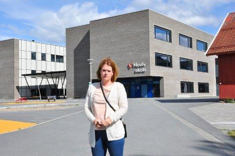 KRITISK: Leder i FAU på Moelv skole Camilla Schjetne (40) er skeptisk til nedleggelse av barneskoler i nordre Ringsaker, grunnet plassmangel på Moelv skole.