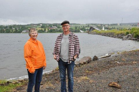 SPENNENDE PROSJEKT: Eva McKenna fra historielaget og Hldwin Scheffer gleder seg til den nye turstien og badestranden på Helgøya er ferdig.