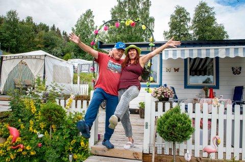 PARADISET: Dansebevegelsene sitter løst når Snefrid Antonsen og Erik Hagen er på Biristrand camping der de har lagd seg sitt eget campingparadis.