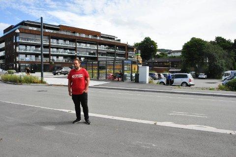 Christian Holm Dalseg (38) frykter at det kan bli trafikkulykker utenfor dette busstoppet i Brumunddal sentrum.