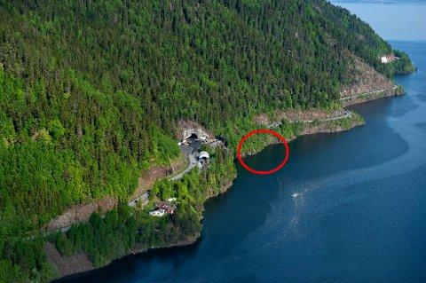 I FJELLVEGGEN: En båt kjørte i fjellveggen og en person ble funnet død i området som her er omgitt av rød ring i nærheten av den søndre innkjøringen til Falkentunnelen ved Skreifjella.