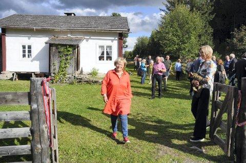 SPROSSA I FARTA: Else Rønnevig hadde det enda travlere enn vanlig. Riksantikvaren tok turen til husmannsplassen hun har lagt ned så mye tid og ressurser i.