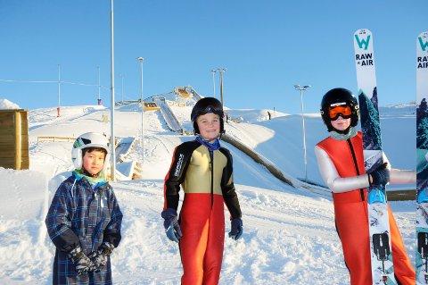 FORNØYDE HOPPERE: Fra venstre ser vi Oliver S. Danielsen, Sebastian Bergsodden og Jørgen Harkinn. De ønsker alle velkommen på hopptrening i det nye flotte skianlegget.