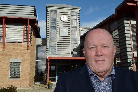 VIL VENTE: Rektor Peer Jacob Svenkerud sier at Høgskolen i Innlandet ikke sender noen ny universitetssøknad før de faglige kravene er innfridd.