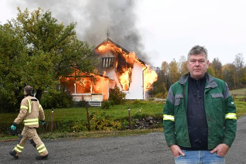 Full fyr: Ola Ødegård står foran hovedbygingen hjemme i Mørkvedvegen. Lørdag brant den ned til grunnen.  Heldigvis var det planlagt.