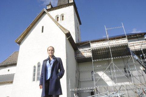 PÅ BESØK: Riksantikvar Hanna Geiran besølte Ringsaker kirke i september i fjor for å inspisere kirken.