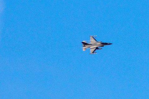 JAGERFLY: Politiet melder at Forsvaret skal ha bekreftet at et F-16-jagerfly brøt lydmuren i luftrommet over Innlandet fredag, like etter klokken 13. Bildet er tatt ved en tidligere anledning. Foto: Gorm Kallestad / NTB