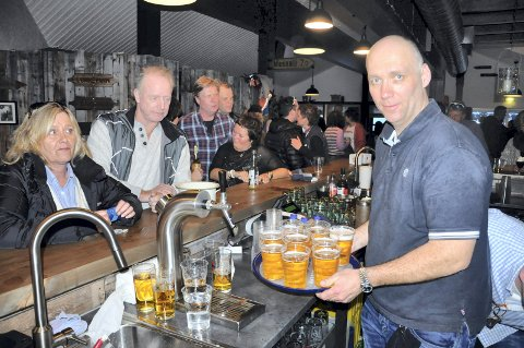 Fått bevilling: Erik Lindstad på Låven har på kort varsel fått salgsbevilling på øl knyttet til takeaway-tilbudet han har opprettet. DETTTE  bildet er tatt fra langt lykkeligere dager. Slik blir det ikke på Låven denne påsken. Der gjelder skjenkestopp som for resten av bransjen.