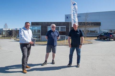 Trekker seg tilbake: Daglig leder Anders Elje ( i midten) og styreleder Knut Hagen (t.h). De to trekker seg tilbake i Syljuåasen as. Dag Ramsberg tar over som ny styreleder.