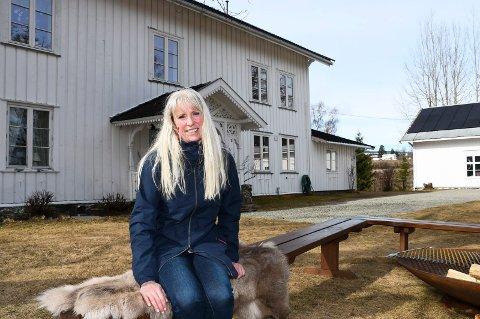 Inviterer til gards: Liv Thorsrud drar i gang «Koss på en søndag» hjemme på garden i Veldre.