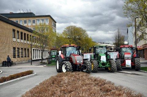 Protesterer: Bønder vil i sette seg i traktoren og starte turen mot Oslo for å protestere mot tilbudet de har fått i årets jordbruksforhandlinger. Toget med traktorer vil passere Ringsaker i ettermiddag.