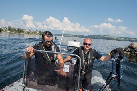 Mange dropper vest: Båtfolket tar ikke sikkerheten nok på alvor. Her er f.v Eirik Grimstad og Geir Morten Bjerkvold i politibåten ved en tidligere anledning.