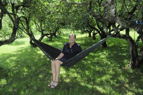 Hengekøya mellom gamle epletrær maner fram minner fra barndommens sommerferier.