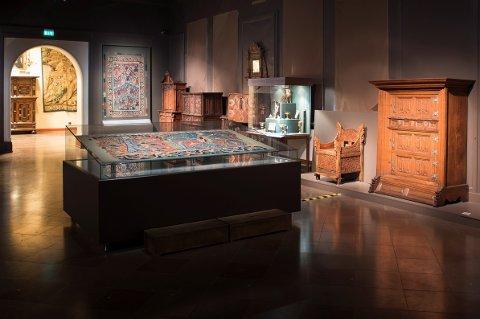 BLE FUNNET PÅ NES: Baldisholteppet (midt på gulvet) slik det ble stilt ut i Kunstindustrimuseet. Nå er teppet flyttet til det nye Nasjonalmuseet på Vestbanen i Oslo, der det omtales som en av de største skattene.