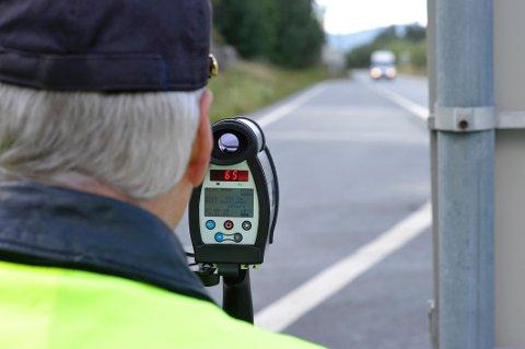 Kontroll: Politiet måler farten med laser på E16.