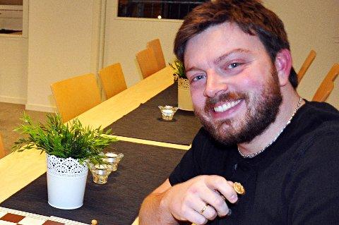Øyvind Sogn i Frivilligsentralen på Jevnaker gleder seg over 30.000 kroner i gave fra Sparebankstiftelsen.