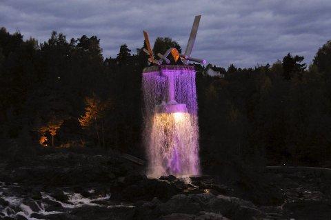 Oppgangssaga farget rosa i anledning Rosa Sløyfe-aksjonen i oktober.