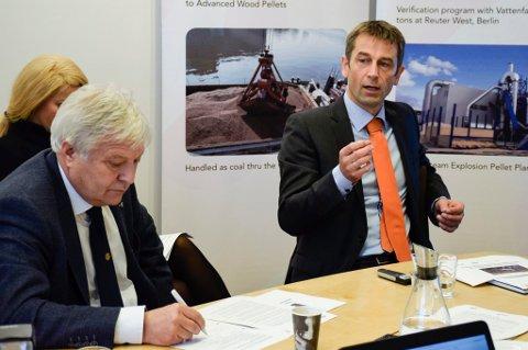 Daglig leder Rolf Jarle Aaberg (til høyre) i Treklyngen håper å ta en beslutning om bygging av biokullfabrikk i 2017. Her er han sammen med styreleder i Viken Skog, Olav Breivik.
