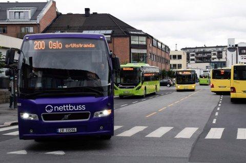NATTBUSS: Fylkespolitikerne vil pålegge Nettbuss og Brakar å kjøre nattbuss fra Oslo til Hønefoss, trolig bare i helgene. Det kan bli en realitet neste år.