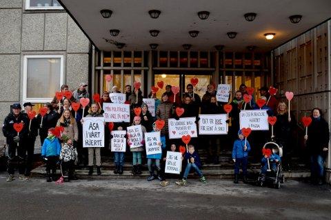 Innbyggere fra Åsa tok turen til Hønefoss for å markere at de ønsker å beholde Vegård skole.