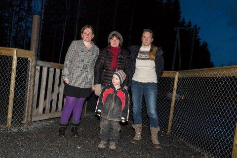 SU-leder Lisa Tolpinrud, barnehagestyrer Anne Lise Hansen og Liza Franke med sønnen i front.