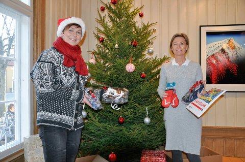 Tone Reneflot Thoresen i Ringerike Utvikling og Ellen Sofie Aasheim i Kulturstiftelsen Fengselet samarbeider med Frelsesarmeen under årets julemarked i Fengselet.